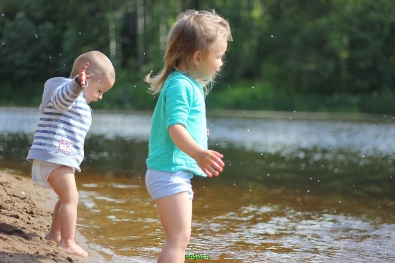 Дети купаются на реке