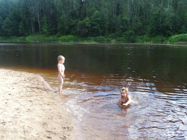 дети купаються