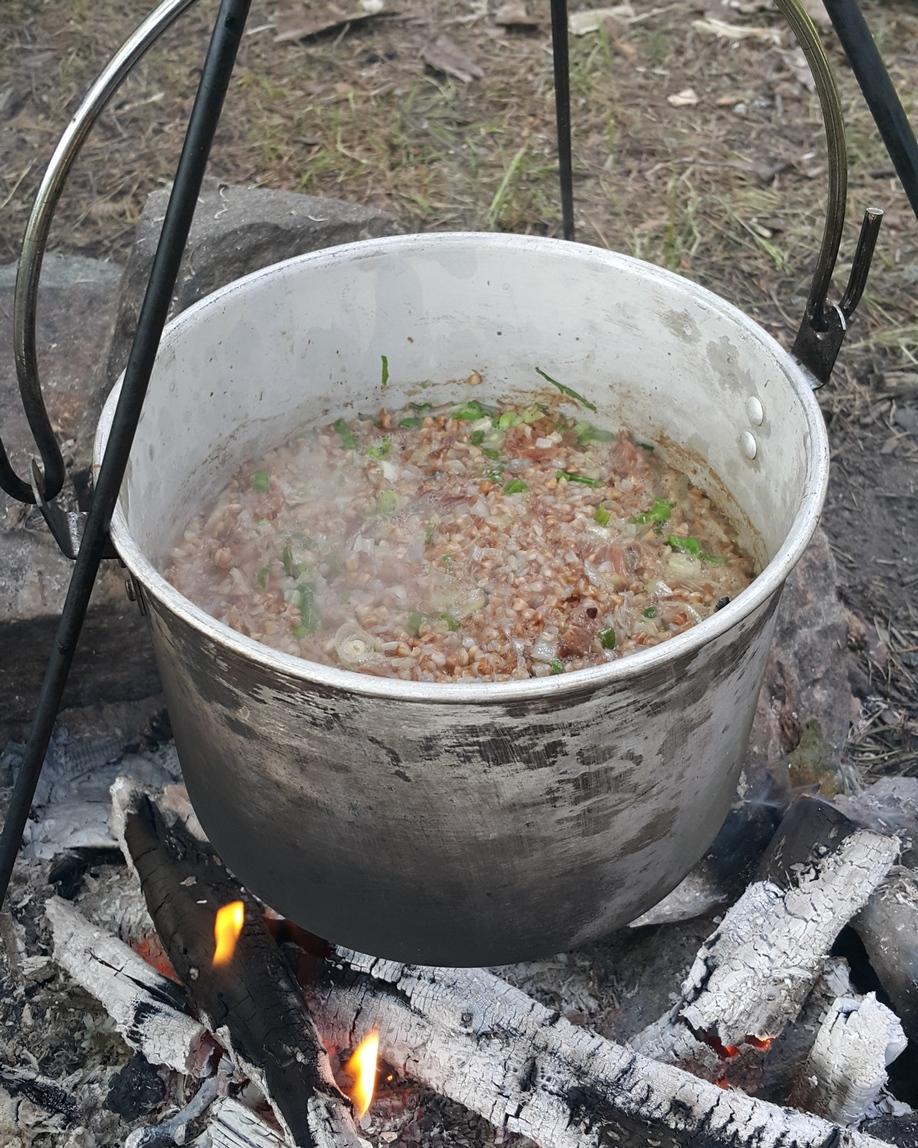 Как приготовить гречневую кашу с тушенкой на костре #7