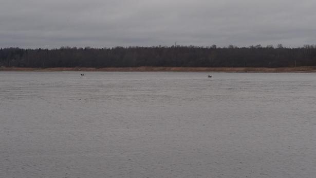 рыбаки в Неве на лодке
