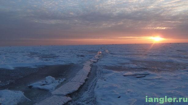 Трещина на льду Ладоги
