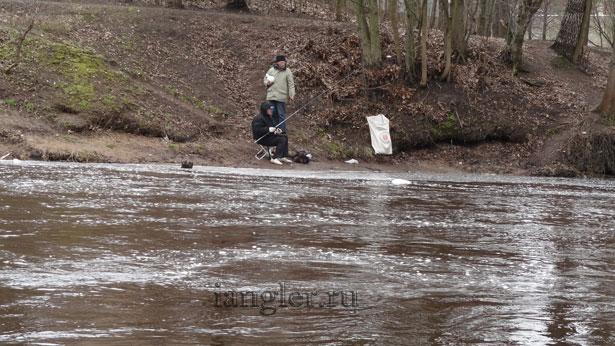 Рыбаки на водоспускном канале