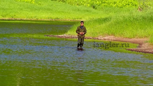 Спиннингист на реке Оять