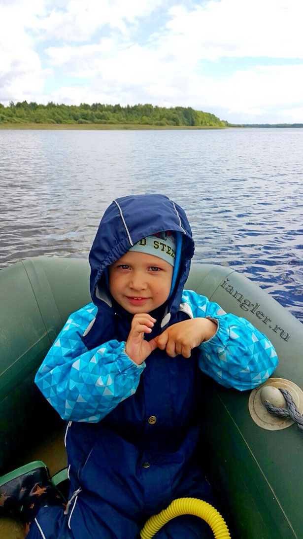 Максим в лодке