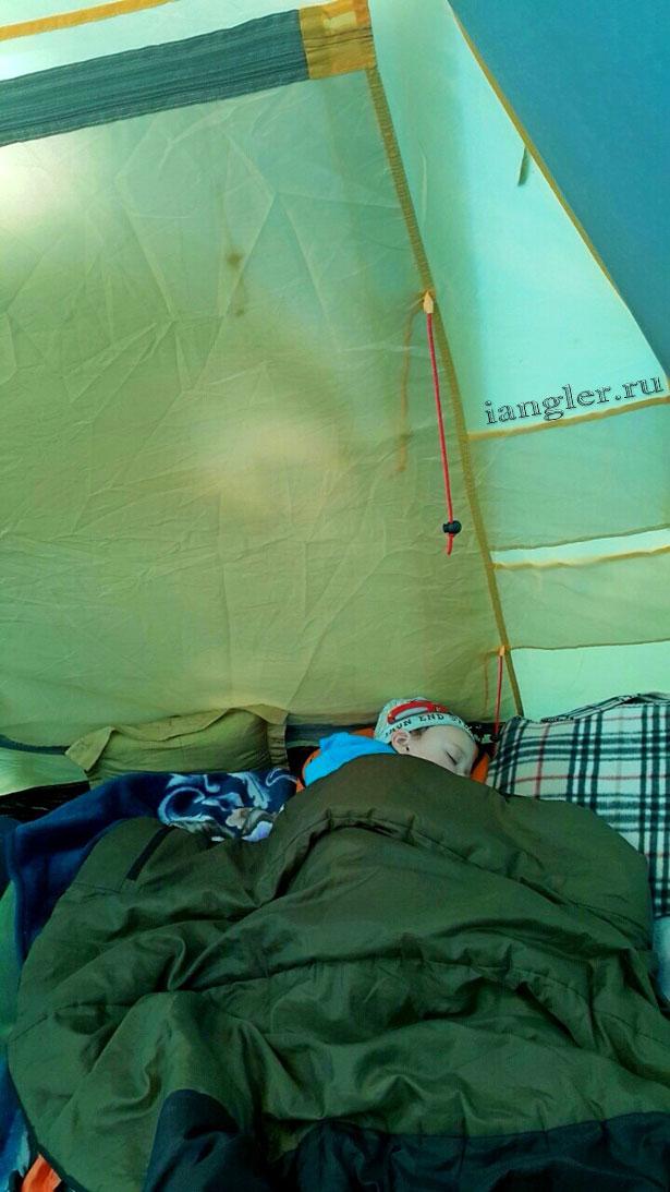 Максим спит в палатке