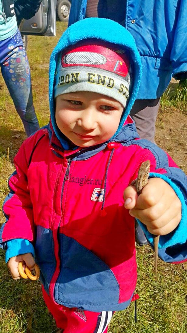 Максим поймал ящерицу