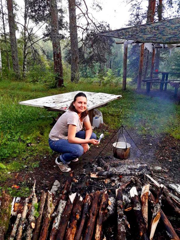 Виктория Кузьмина варит суп на костре