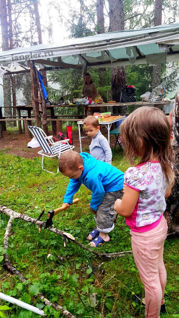 Дети помогают рубить дрова