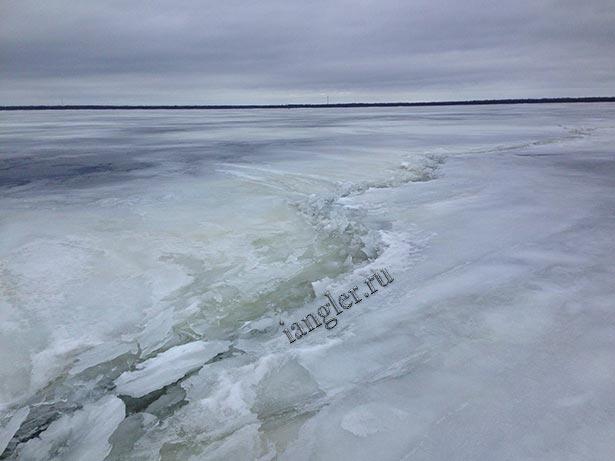 Трещина на льду в Лаврово
