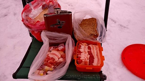Сало на рыбалке зимой