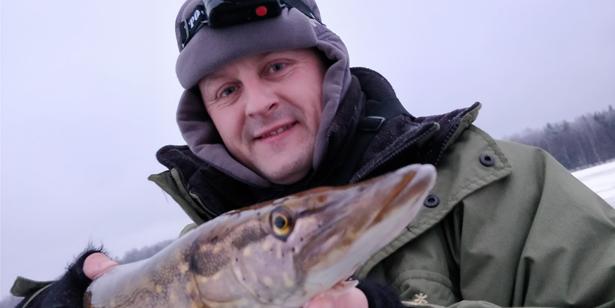 щука в руках рыболова